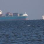 Frachtschiff vor Hafeneinfahrt nach Polen